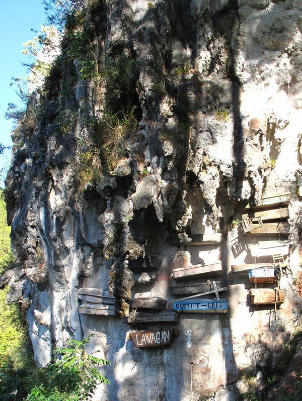 Висячие гробы Сагады