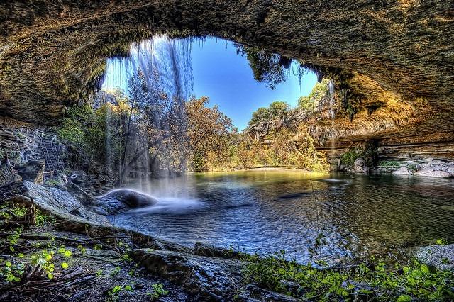 Необычное озеро Hamilton Pool